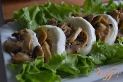 На тарелку выложить салатные листья и грибы с сыром.