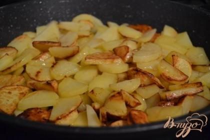 В сковороду налить оливковое масло (оставить немного для  формы ) и обжарить картофель до румяного цвета.
