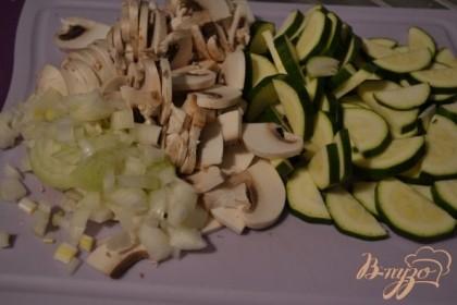 Нарезать цукини, репчатый лук и грибы.