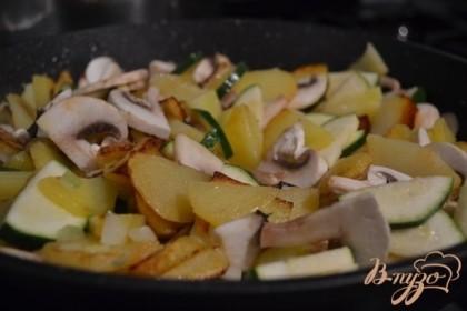 Выложить к картофелю, перемешать , накрыть крышкой и оставить на тихом огне на 5-8 мин.Соль и специи по вкусу. Затем переложить в смазанную маслом форму для запекания.