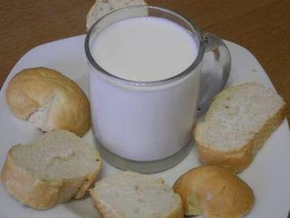 Нагреть молоко и размочить в нем булочку