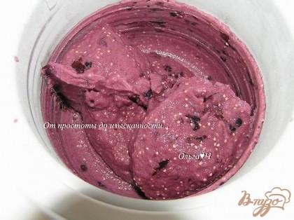 Вылить массу в мороженицу, готовить 25-30 минут.