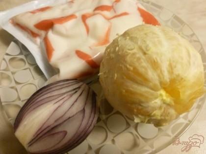 Нам потребуется пачка крабового мяса(сурими),один апельсин,половина сладкой луковицы и зелень. Заправка - майонез.
