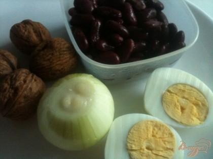 Необходимые продукты.Луковицу обжарить до золотистого цвета на оливковом масле. Орехи почистить. Яйцо отварить вкрутую.