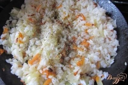 Рис солим, добавляем травы. Хорошо перемешиваем. Жарим под крышкой на слабом огне 5 минут.