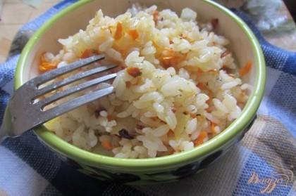 Готово! Готовый рис перекладываем на тарелку к рыбе, украшаем зеленью. Приятного Вам аппетита.