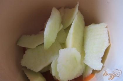 Яблоки нарезать тонкими дольками, добавить к абрикосам.