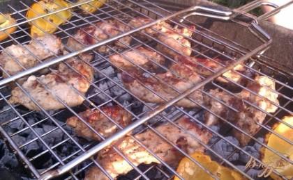 Готово! Обжариваем ребрышки в двух сторон, систематически переворачивая решетку. Когда сверху образуется довольно темная корочка – блюдо готово. Снимаем свиные ребрышки с решетки и кушаем в горячем виде со свежими или запеченными овощами, любимым соусом или кетчупом.