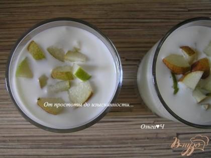 Готовый йогурт разложить по стаканам/чашкам. Добавить мелко нарезанные груши, полить мятным сиропом.