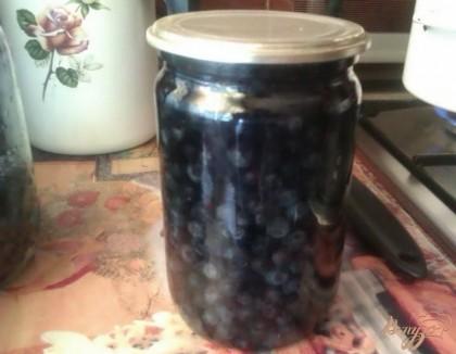 Заливаем ягоды в банках кипящей водой, прикрываем крышкой и оставляем на минуту. Так черника частично простерилизуется и впоследствии сохранит свою форму, не лопнув.