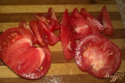 Зрелые (лучше салатных сортов) томаты также промываем, избавляем овощи от плодоножек. Вырезаем у помидоров места прикрепления плодоножки, а затем режем дольками.