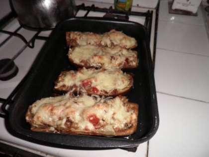 Посыпать сыром и выпекать в духовке