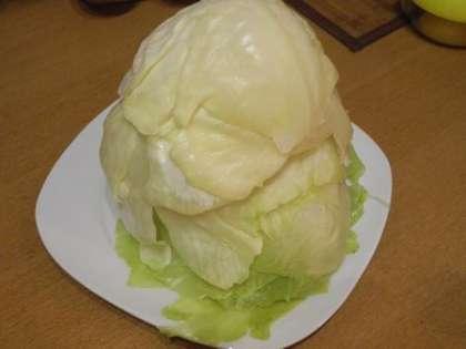 Снять аккуратно листья капусты, чтобы они не порвались