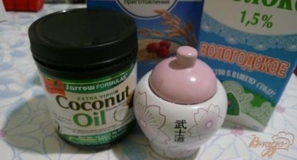 Кокосовое масло пока еще не совсем привычный продукт на нашем столе, но оно становится все популярнее и тому есть немало причин, а именно – кроме волшебного «тропического» аромата это масло известно тем, что содержит витамины А и Е, ценные кислоты (например, олеиновую, которая помогает справиться с холестерином и сохранить сосуды чистыми), антиоксиданты (и само долго храниться и нам молодость продлит), не содержит холестерина (чем однозначно выигрывает по сравнению со сливочным маслом), а также считается, что кокосовое масло может ускорить метаболизм и не отлагается в жировые запасы. В холодном виде кокосовое масло это твердый белый кусок (честно говоря, на мыло похоже), но при нагревании моментально становиться жидким и прозрачным. Расходуется это масло очень экономно.