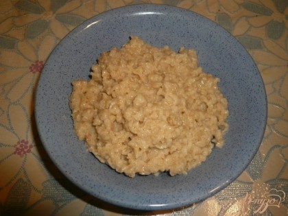 Готово! Затем добавляем в кашу масло, закрываем кашу крышкой и дает постоять пять минут, чтобы масло растаяло а каша пропиталась кокосовым ароматом. Перемешиваем и раскладываем по порционным тарелкам.