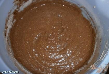 Затем добавить «набухшую» манку, какао-порошок и муку, смешанную с разрыхлителем. Замесить тесто.