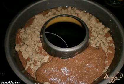 Форму смазать маслом и выложить 12 часть теста. Затем выложить порезанную халву и сверху оставшееся тесто.