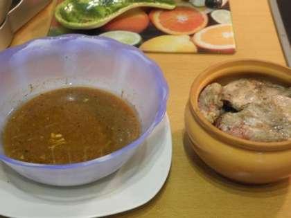 Ребрышки переложить в горшочек и приготовить маринад из горчицы, меда, белого вина и по желанию соевого соуса