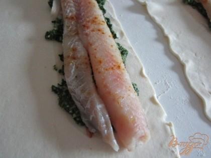 Затем немного шпинатовой массы и филе рыбы.