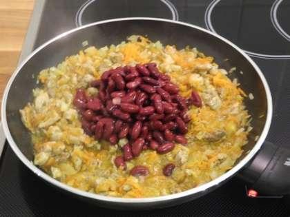 Высыпать фасоль в сковороду и перемешать