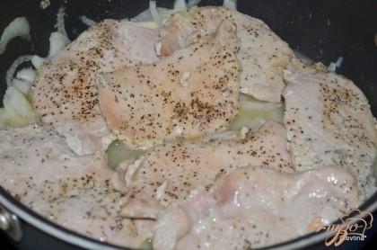 Снять со сковороды котлеты,переложить на тарелку. Огонь убавить и добавить лук,слегка обжарить. Затем соль и яблочное пюре. Готовим примерно 3 мин. Добавить вино и воду. Закроем крышкой и потушим слегка 6 мин. Добавим хрен готовый.