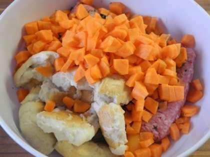 Добавить к фаршу размоченный в молоке батон и порезанную кубиками морковь