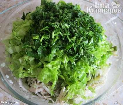 Добавляем  нарезанный салат, зелень петрушки, укропа.