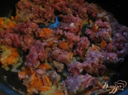 Затем добавить фарш, можно дополнить специями, которые Вам нравятся. Долейте 1 столовую ложку воды и оставьте минут на 10.