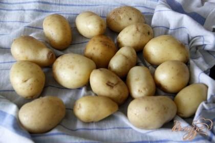 Картофель хорошо помыть и почистить. Тонюсенкая корочка должна остаться. Обсушить салфетками или бумажными полотенцами.
