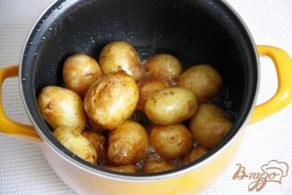Готовность картофеля определяется по звуку. Когда при перемешивании картофелины перестанут характерно стучать об стенки - еще минут 5 и готово.