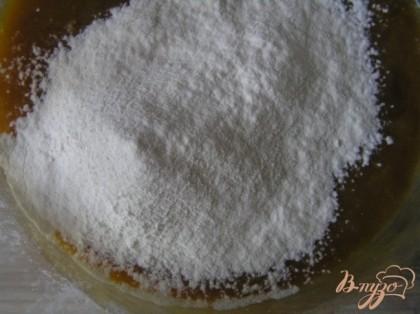 Всыпать муку с разрыхлителем и солью, добавить сахар по вкусу (я не добавляла)