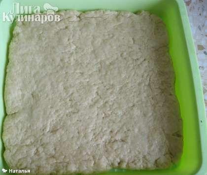 Раскатываем тесто и укладываем в форму для выпекания. Ставим в духовку и выпекаем примерно 20-25 минут при температуре 180-200 градусов.