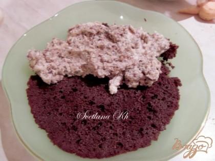 В подходящую форму выложить бисквит или бисквитную крошку. Сверху- сливки с халвой и шоколадом. Разровнять хорошенько. Затем уложить савоярди . Пропитать его смесью кофе с ликером.