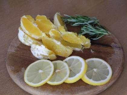 Апельсин и лимон порезать дольками