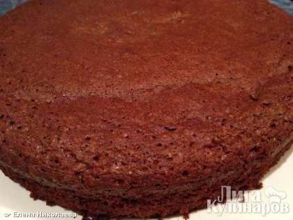 Дайте торту остыть при комнатной температуре, а затем аккуратно проведите вдоль бортиков и выньте из формы.