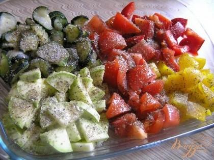 Нарезать примерно одинаковыми кусочками кабачок, цуккини, помидоры и сладкий перец, посыпать прованскими травами, посолить, поперчить.