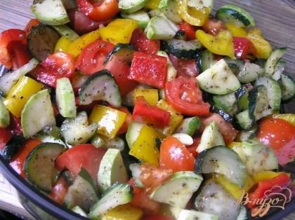 Полить растительным маслом, добавить крупно нарезанный чеснок и перемешать. Выложить овощи в чашу №2.