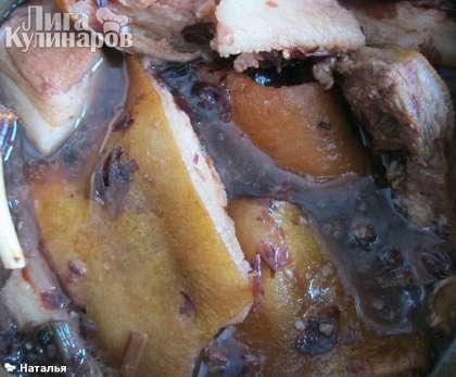 В кипящий луковый раствор помещаем  подготовленное сало, и варим при кипении 10 минут.