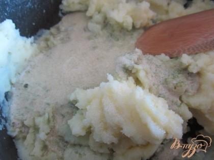 Добавить базиликовое пюре и сливочное масло в горячее картофельное пюре. Хорошо перемешать и можно сразу подавать к столу !