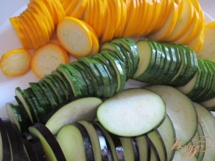 Нарезать цукини и баклажан тонкими кольцами.