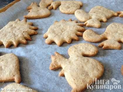 Выпекаем имбирное печенье в заранее разогретой духовке при температуре 180 С в течение 20 минут.