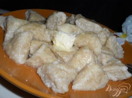Готовые вареники подать со сметаной и сливочным маслом, посыпать сахаром или полить медом.Приятного аппетита!