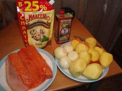 Лук, картофель и морковь вымыть, высушить и очистить от кожуры
