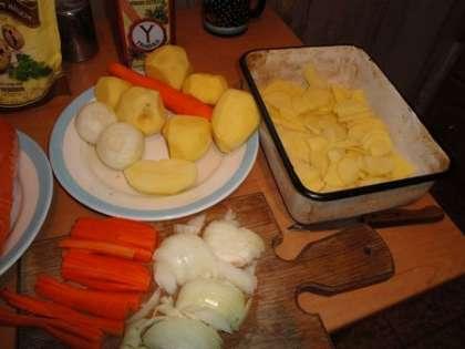 Картофель нарезать кружочками, морковь соломкой, лук мелко порезать. Выложить в форму для выпекания слой картофеля