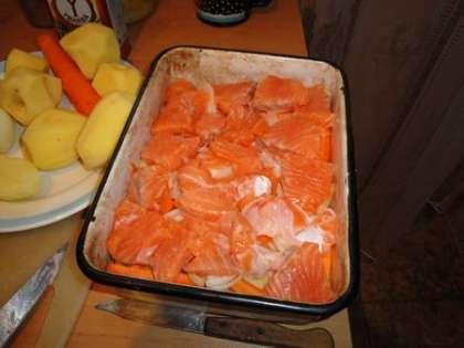 Выложить порезаное филе ровным слоем в форму для выпекания