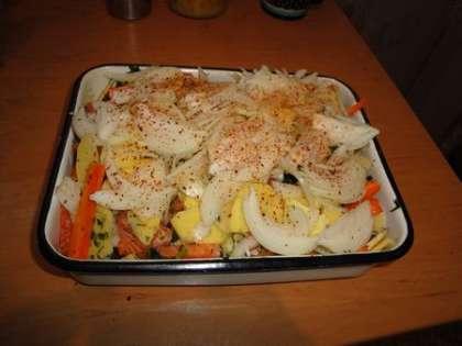 Выложить оставшиеся картофель, морковь и лук ровными слоями