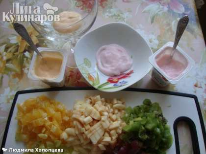 Берем посуду, в которой будем оформлять салат. Я взяла креманку и салатник. Начинаем с того, что на дно кладем немного йогурта и начинаем выкладывать слои фруктов, слегка смазывая йогуртом.