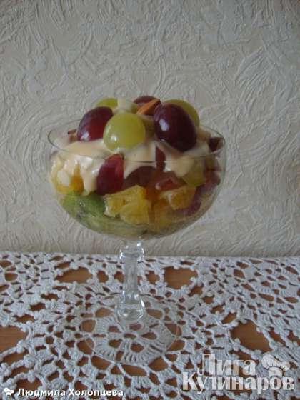 Верх салата украшаем половинками винограда