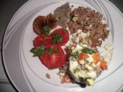 Разложить рыбу в соусе по тарелкам.Подать с гречневой кашей или отварным картофелем