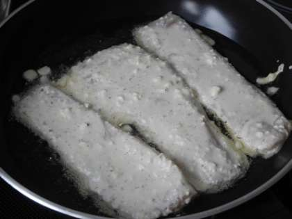 Разогреть сковороду, налить масло и быстро выложить рыбу в кляре на сковороду